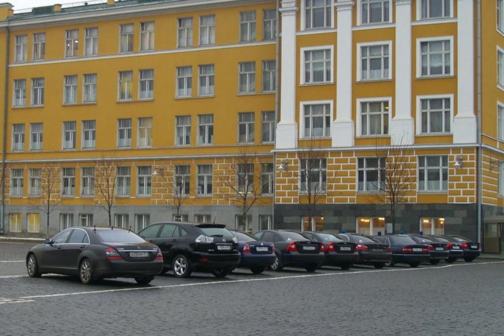 Auf den Parkplätzen reichen sich die Premiumautos aneinander