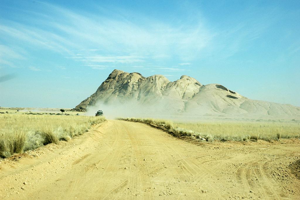 Auf der Tinkasfläche: Staubige Pisten, Berge und schier endlose Weite.