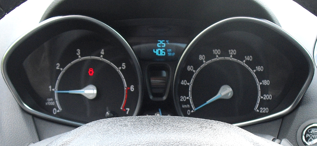 Ford B-Max: Blick durch den Lenkradkranz auf die Rundinstrumentierung.