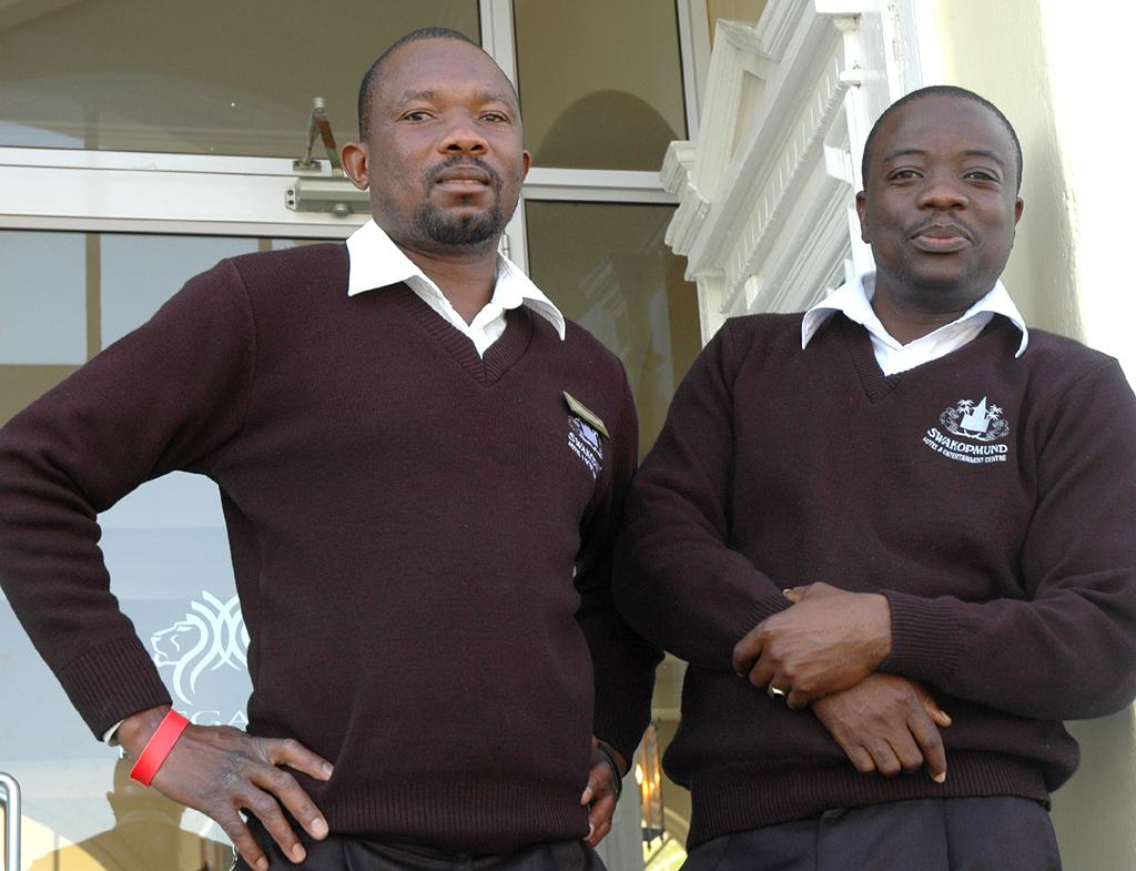 Hotelboys vor Swakopmund-Hotel: