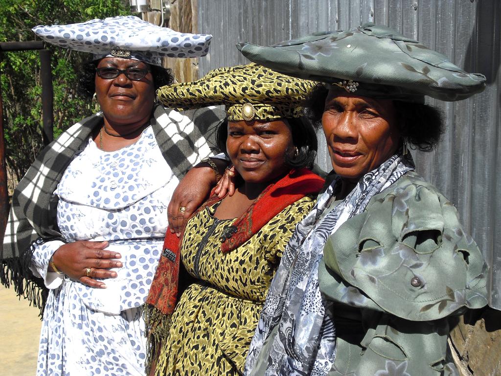 In typischer Kleidung: Herero-Frauen bei einer Feier in Omaruru.