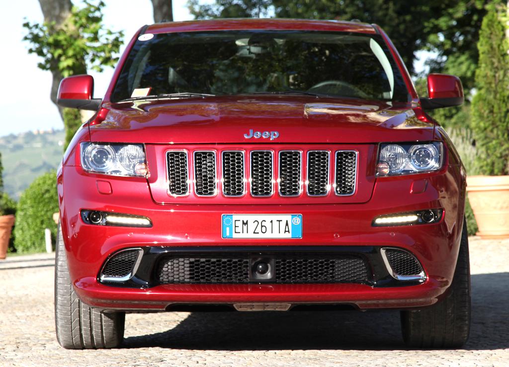 Jeep Grand Cherokee SRT: Blick auf die bullige Front.