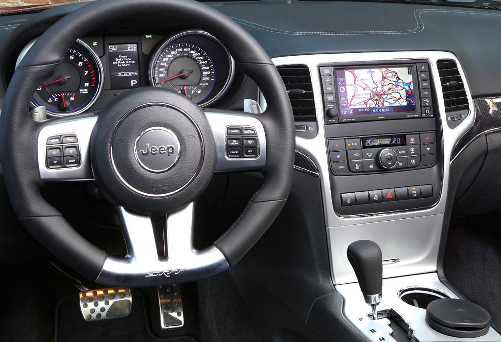 Jeep Grand Cherokee SRT: Blick ins sportlich-funktionelle Cockpit.