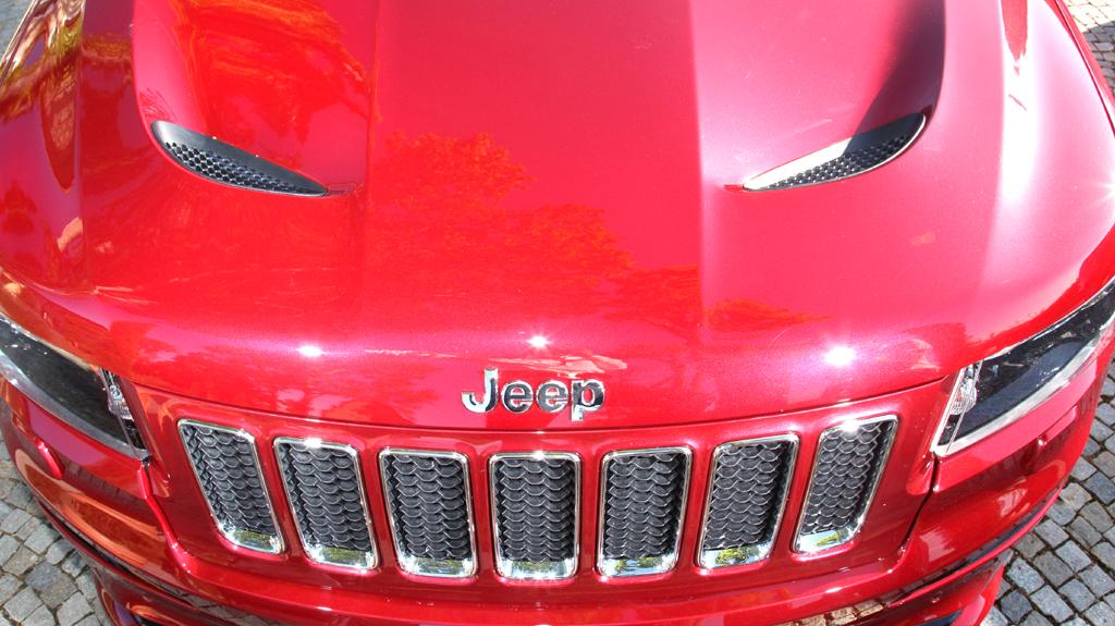 Jeep Grand Cherokee SRT: Der Markenschriftzug sitzt vorn über dem Kühlergrill.