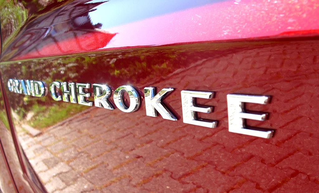 Jeep Grand Cherokee SRT: Modellschriftzug an der Seite.