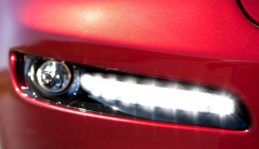 Jeep Grand Cherokee SRT: Schmaler Tagfahrlicht-Streifen im unteren Stoßfänger.