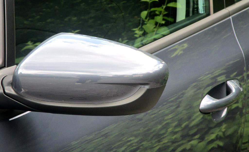 Kia Cee'd: Blick auf den Außenspiegel auf der Fahrerseite.