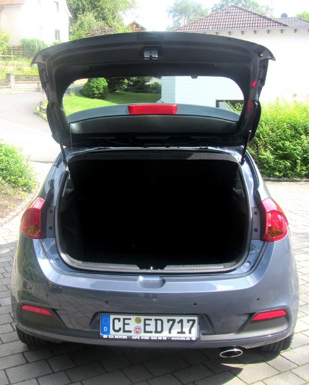 Kia Cee'd: Ins Gepäckabteil passen 380 bis 1318 Liter hinein.
