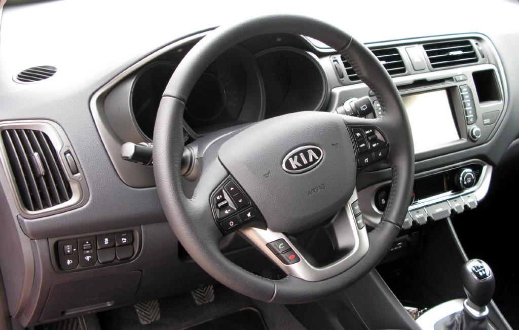 Kia Rio: Blick ins recht übersichtlich gestaltete Cockpit.