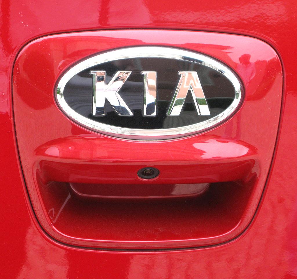 Kia Rio: Hinten ist das Markenlogo auf dem Griff der Kofferraumklappe platziert.