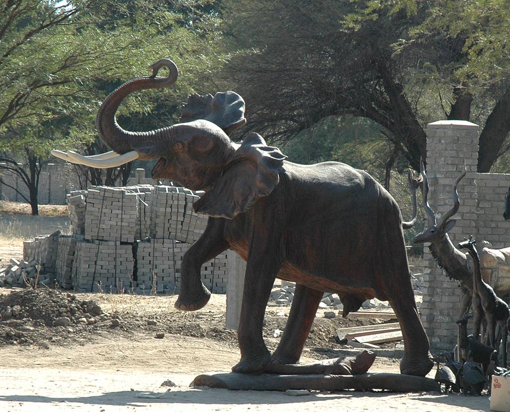 Nur aus Holz: Riesige Elefanten-Schnitzerei auf einem Markt an der Strecke.
