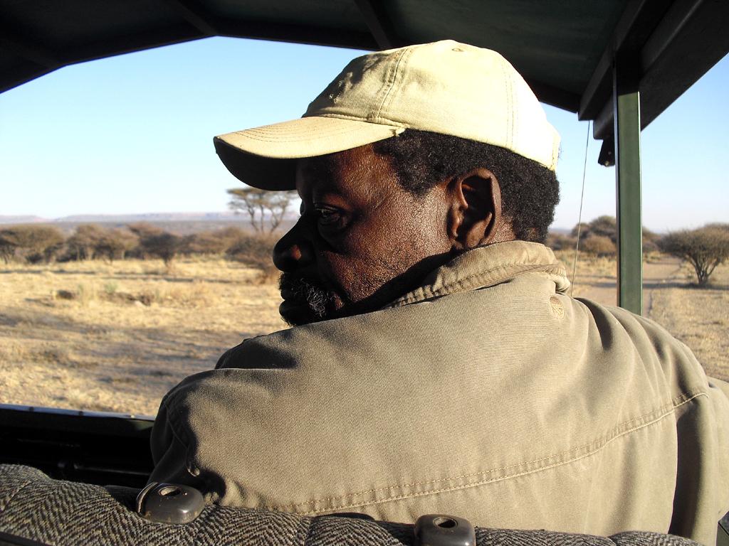 Ohne viele Worte und Gesten: Fahrer Richard kennt sich im Wildreservat aus.
