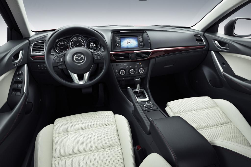 Statt Hybrid gibt es analog zum Kompakt-SUV CX-5 viele Spritspar-Maßnahmen unter dem Oberbegriff Skyactive