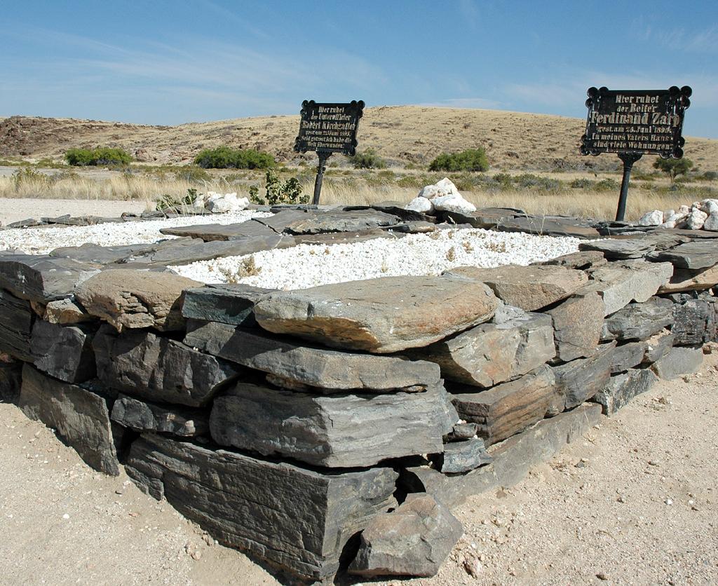 Steingrab für zwei Soldaten der deutschen