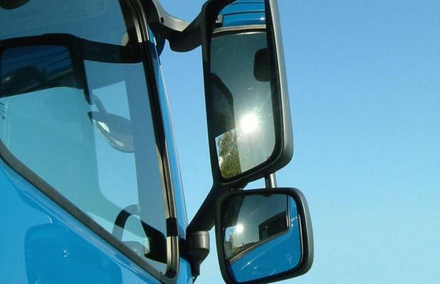 Toter Winkel - Blick in den Lkw-Spiegel schützt Radfahrer