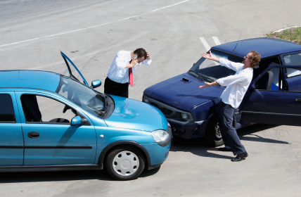 Urteil: Halbe-halbe bei ungeklärter Kollision zweier Fahrzeuge