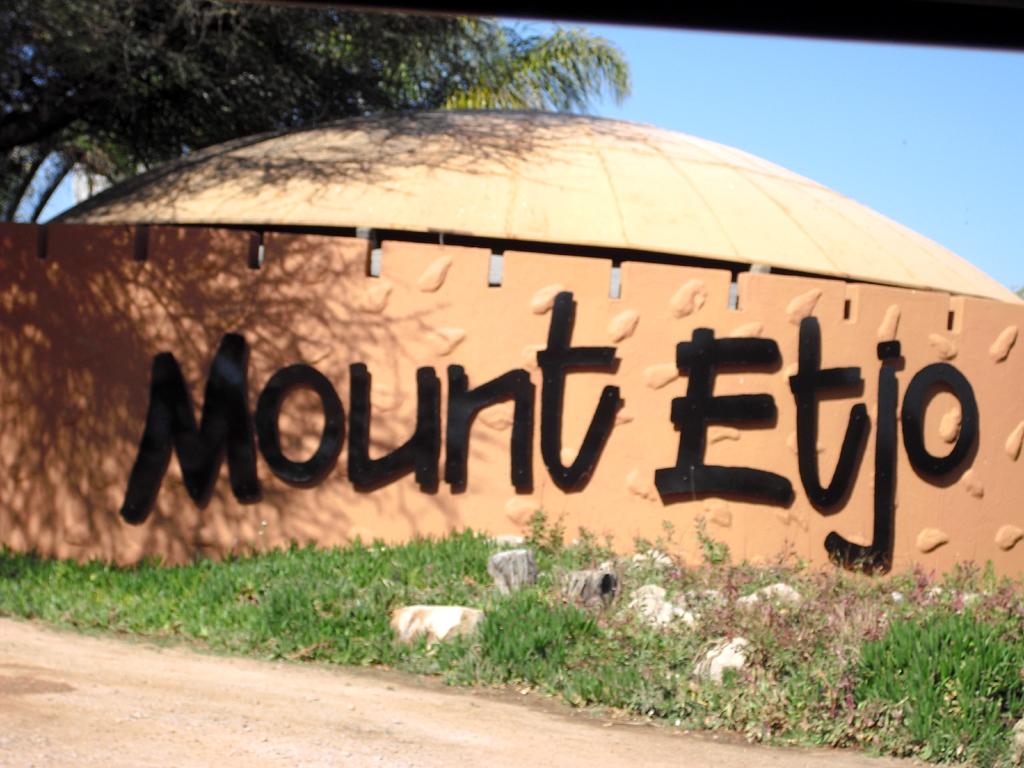Zufahrt zur Mount Etjo Safari Lodge.