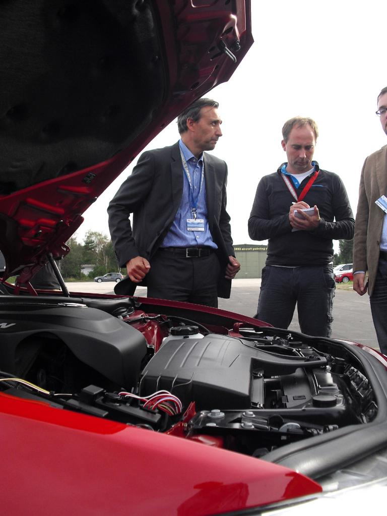 BMW-Mann Bernardo Lopez (links) gibt Erläuterungen am 1er-Prototyp.