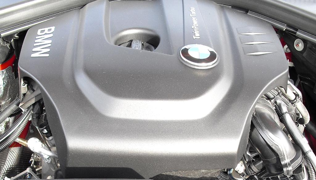 Blick unter die Haube auf den neuen 1,5-Liter-TwinPower-Turbobenziner von BMW.