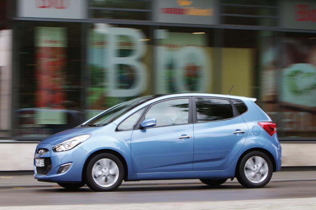 Den Effekt der 11 Zentimeter Aufschlag gegenüber dem konventionellen Hyundai-Kleinwagen i20 merkt man direkt beim Einstieg