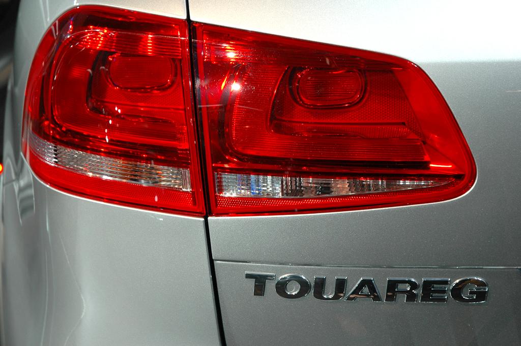 Die Rückleuchte beim VW Touareg geht in die Heckklappe über.