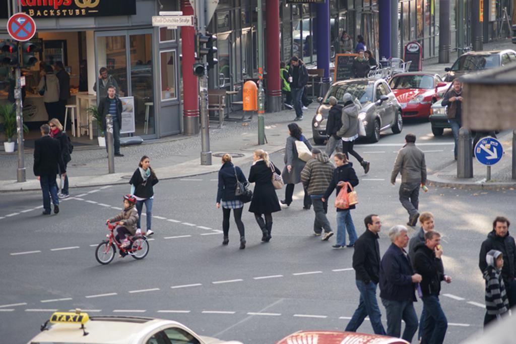 Fußgängerschutz - Langsame Passanten respektieren
