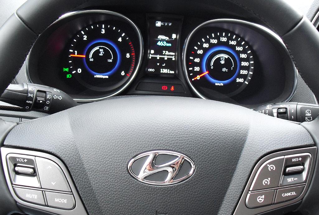 Hyundai Santa Fe: Blick durch den Lenkradkranz auf die Rundinstrumentierung.