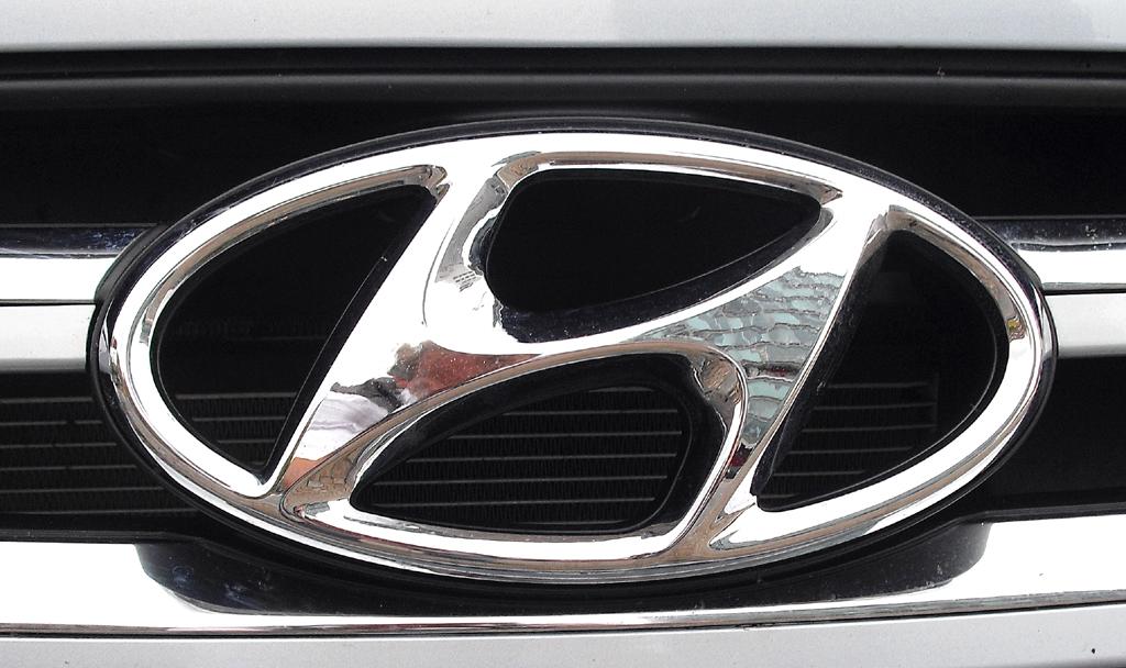 Hyundai Santa Fe: Das Markenlogo sitzt vorn im oberen Teil des Kühlergrills.