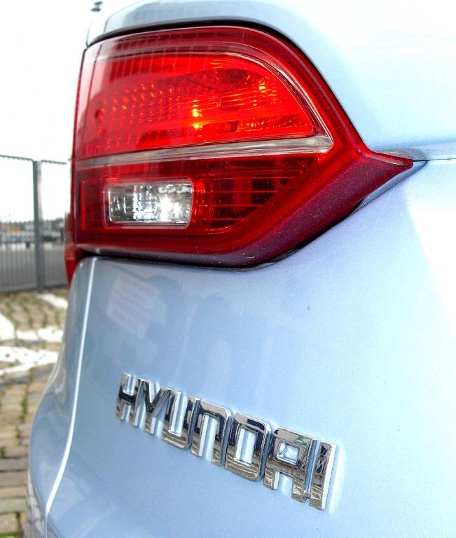 Hyundai Santa Fe: Großformatige Leuchteinheit hinten mit Markenschriftzug.