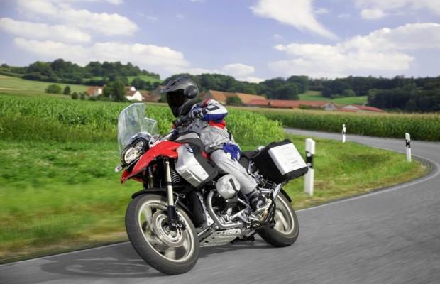 Motorradfahren im Herbst: Licht und Schatten