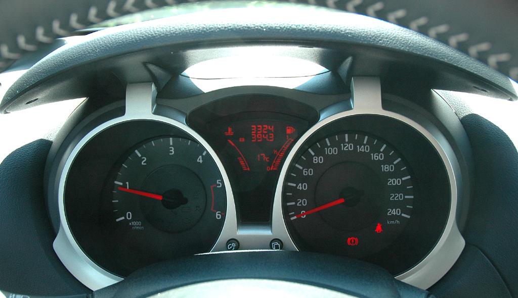 Nissan Juke: Blick durch den Lenkradkranz auf die Rundinstrumentierung.