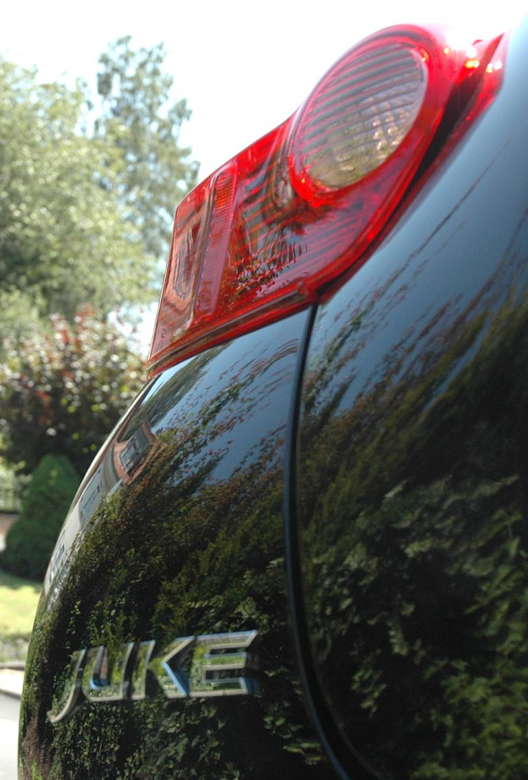 Nissan Juke: Der Modellschriftzug sitzt am Heck unter der Leuchteinheit.