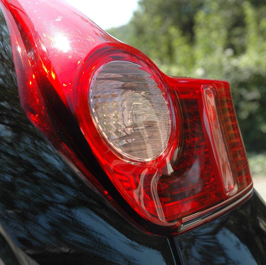 Nissan Juke: Selbst die Leuchteinheit hinten weist Ecken und Kanten auf.