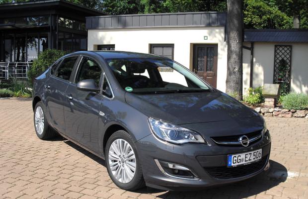 Opel hat Astra optisch und technisch aufgefrischt und führt neuen Viertürer ein