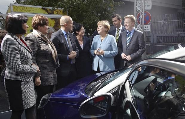 Paris 2012: Merkel bei Vorab-Premiere des Opel Adam