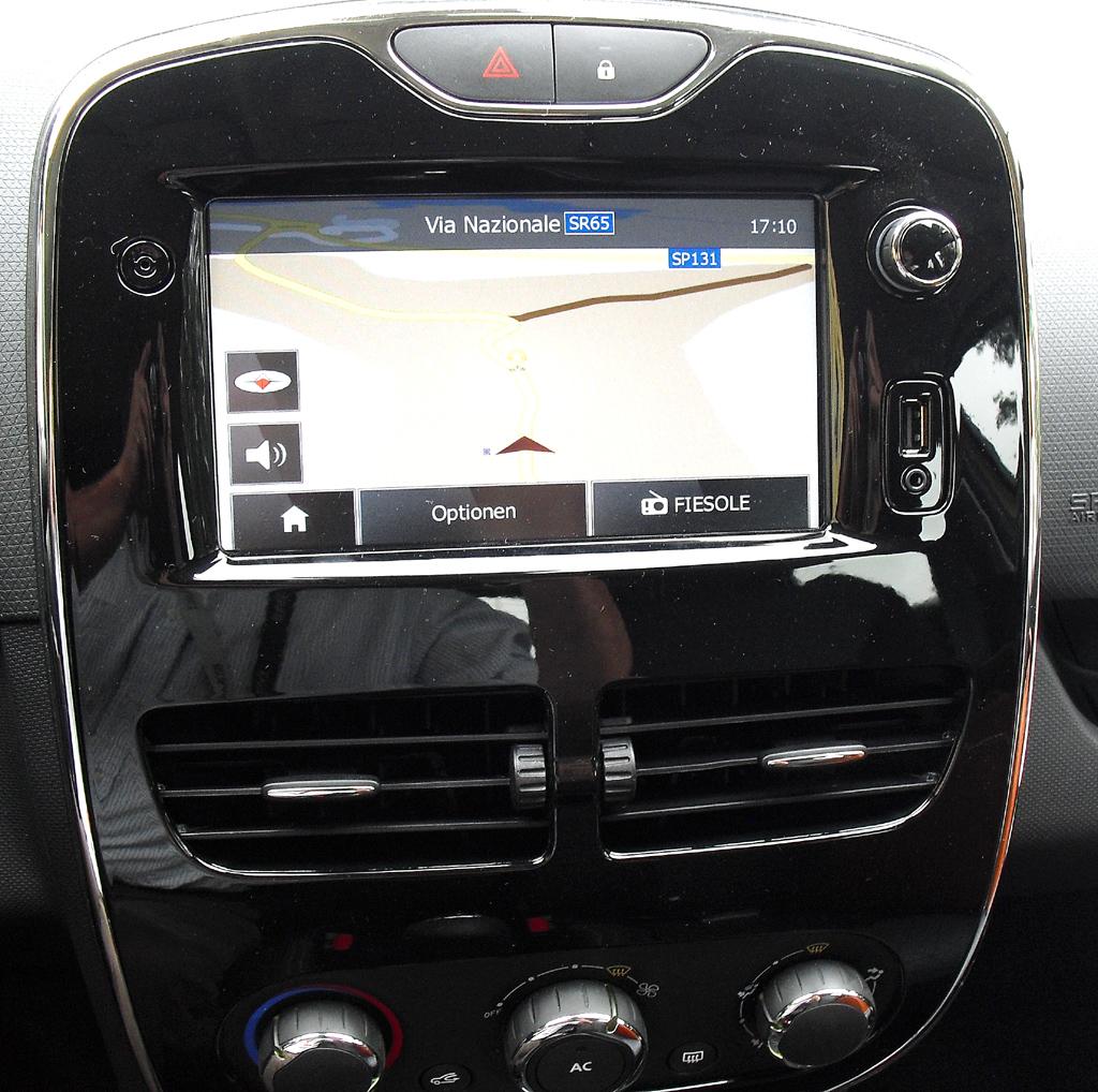 Renault Clio: Blick auf die Media/Navigation-Einheit.