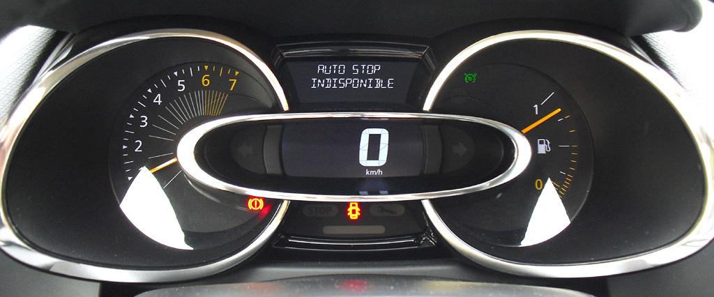 Renault Clio: Blick durch den Lenkradkranz auf die Rundinstrumentierung.
