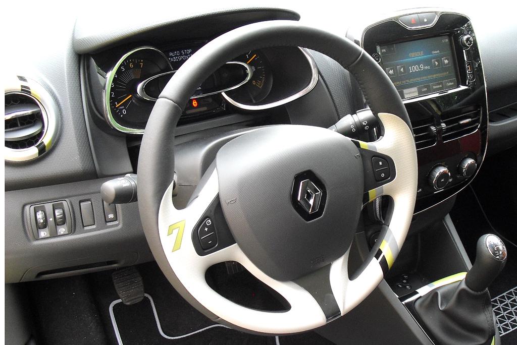 Renault Clio: Blick ins recht übersichtlich gestaltete Cockpit.