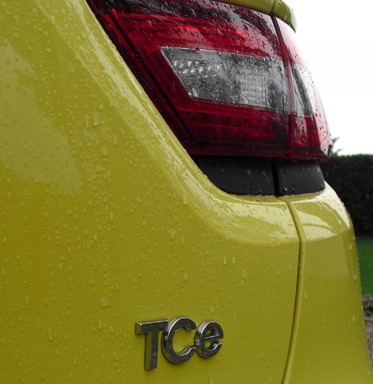 Renault Clio: Moderne Leuchteinheit hinten mit Motorisierungsschriftzug.