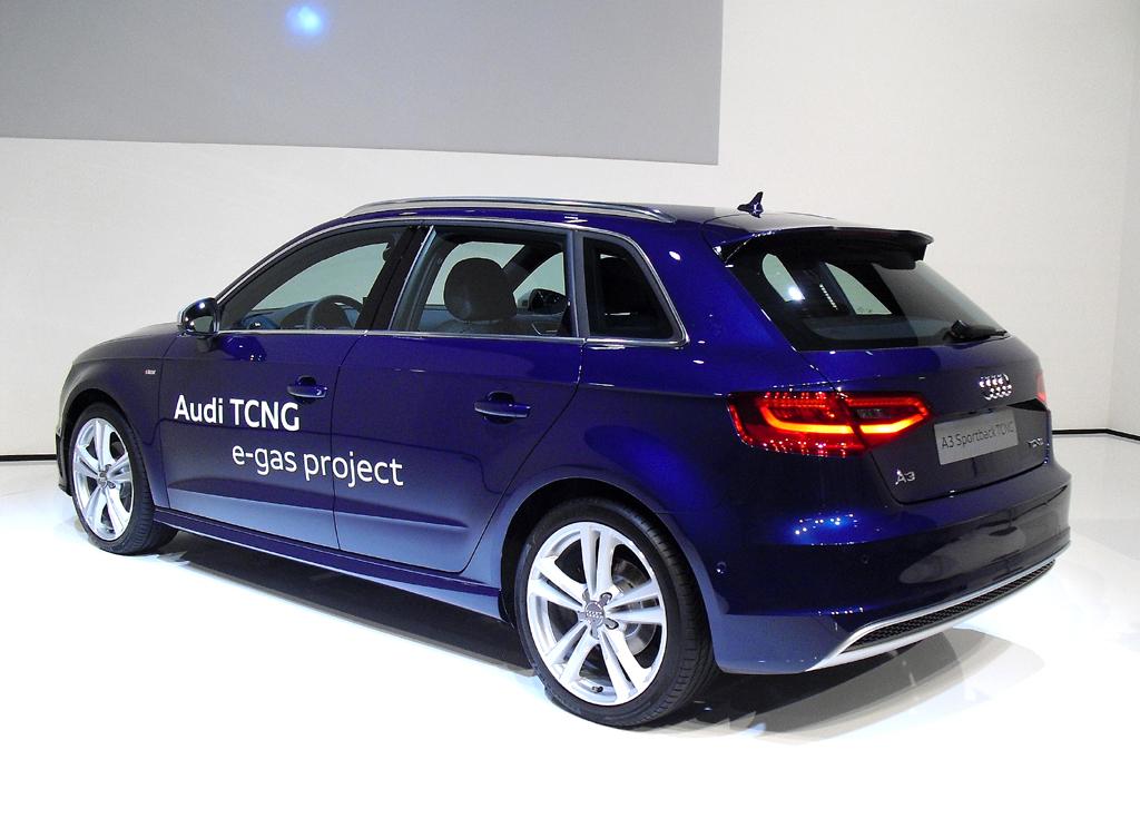 Seiten-/Heckansicht der nutzwertigeren Version des Audi-Premium-Kompaktmodells.