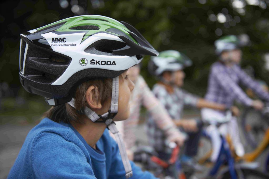 ADAC-Verkehrserziehung: Skoda sponsert Fahrradhelme