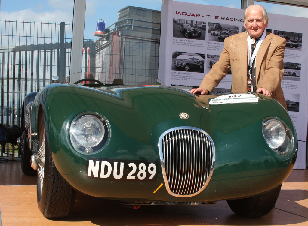 Der alte Mann und ein Jaguar von einst: Norman Dewis neben einem C-Type, Baujahr 1953.