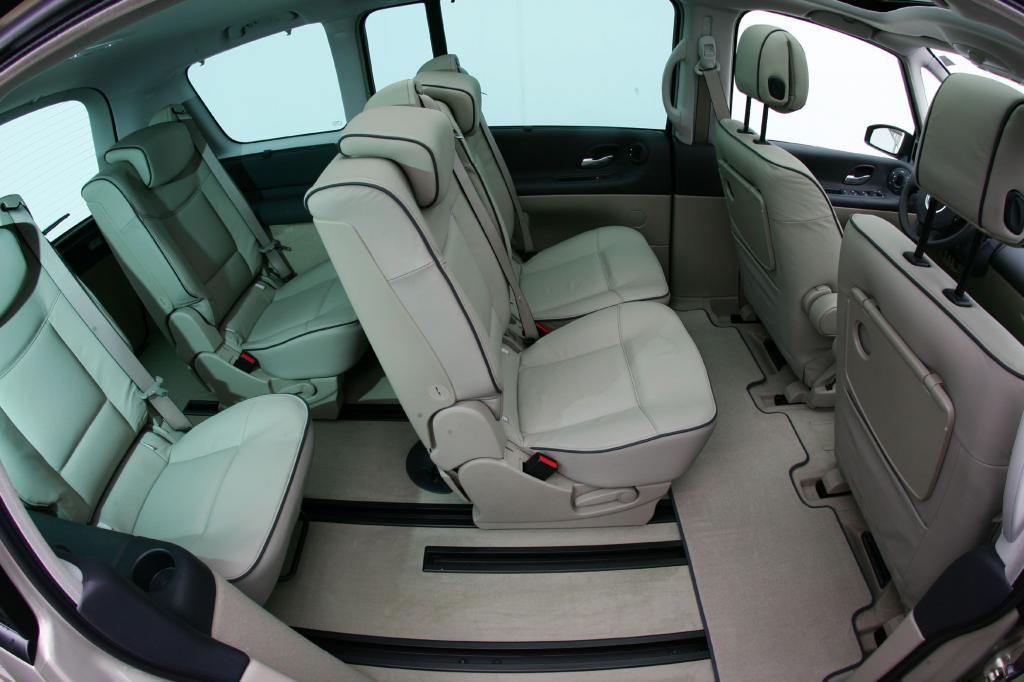 Für mehr Variabilität sorgen bei beiden Versionen die Sitzschienen, auf denen die weichen Polster bewegt werden können