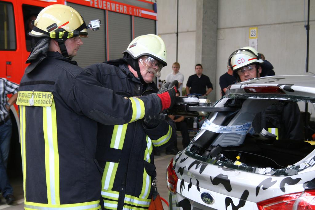 Feuerwehr übt am Ford B-Max das Schneiden von hochfesten Stählen