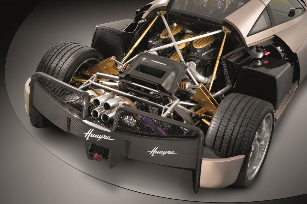 Hat der Motor im SL fast noch bescheidene 630 PS, kommt er bei Pagani gründlich umgearbeitet und mit einem Ornat aus Gold und Ka
