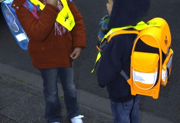 Helle Kleidung und Reflektroen erhöhen die Sicherheit von Kindern