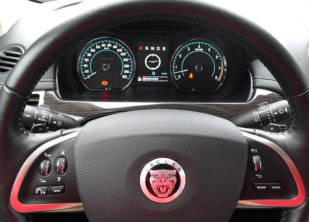 Jaguar XK Cabrio: Blick durch den Lenkradkranz auf die Rundinstrumentierung.