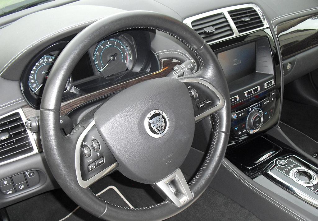 Jaguar XK Cabrio: Blick ins sportlich-noble Cockpit.