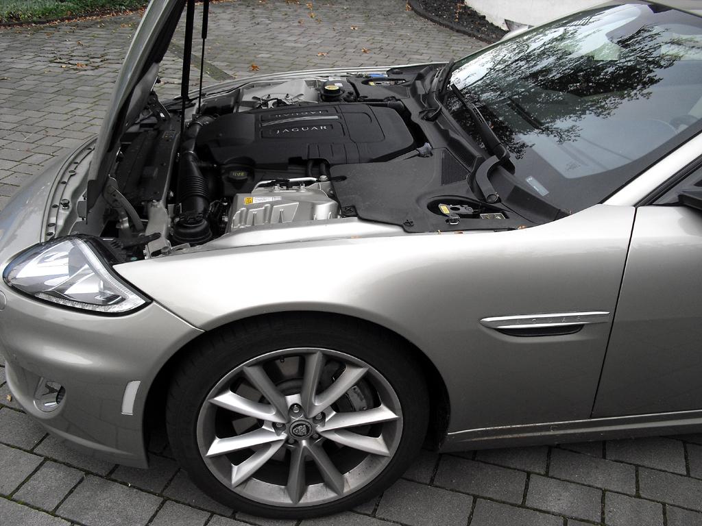 Jaguar XK Cabrio: Blick unter die Haube auf den 5,0-Liter-Achtzylinder.