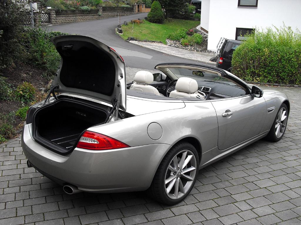 Jaguar XK Cabrio: Ins Gepäckabteil passen je nach Verdeckstellung 200 oder 310 Liter hinein.